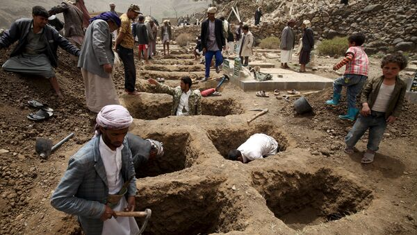 People dig graves for the victims of an air strike in Okash village near Sanaa April 4, 2015 - Sputnik International