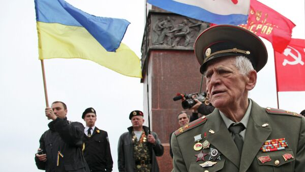 A WWII veteran stands near the Monument to the Unknown Sailor at the Ukrainian Black Sea port of Odessa. File photo - Sputnik International