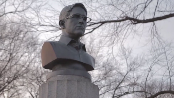 A group of anonymous artists illegally installed a 100-pound bust of whistleblower Edward Snowden. - Sputnik International