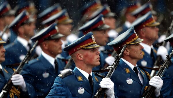 Serbian army Honor Guard members march during a military parade in Belgrade, Serbia, Thursday, Oct. 16, 2014 - Sputnik International
