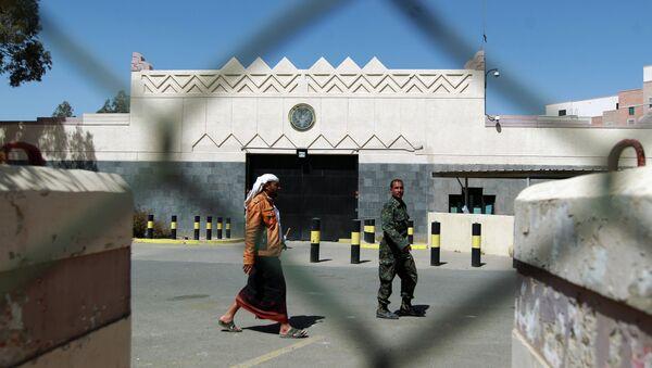 Yemeni men walk past the compound of the US embassy in Sanaa on March 4, 2015 - Sputnik International
