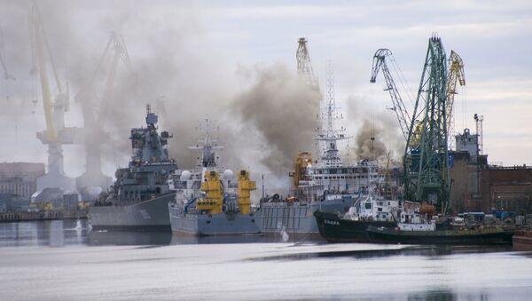 A general view shows smoke rising above a dock at the Zvyozdochka shipyard in the north Russian city of Severodvinsk April 7, 2015 - Sputnik International