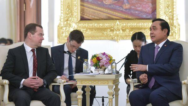 Dmitry Medvedev and Prayut Chan-o-cha - Sputnik International