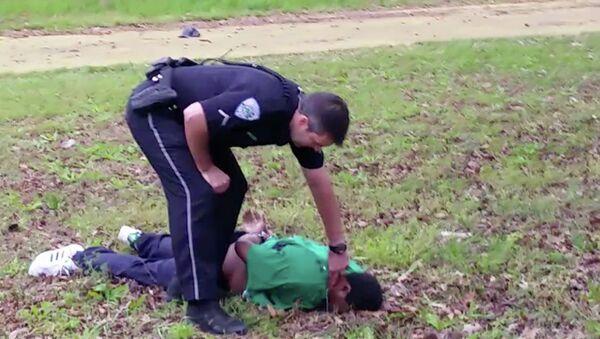 City patrolman Michael Thomas Slager checks Scott's pulse in North Charleston, S.C - Sputnik International