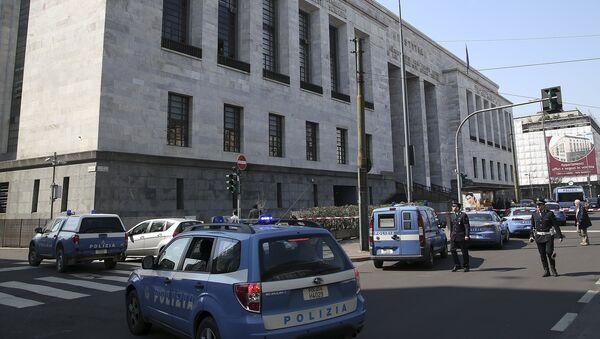 Police cars surround the tribunal of Milan - Sputnik International