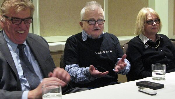 Richard Lapointe, center, who was freed on bond after 25 years in prison, speaks to members of the media between attorney Paul Casterleiro, left, and Kate Germond, right, co-director of Centurion Ministries, Friday, April 10, 2015, in Hartford, Conn. - Sputnik International