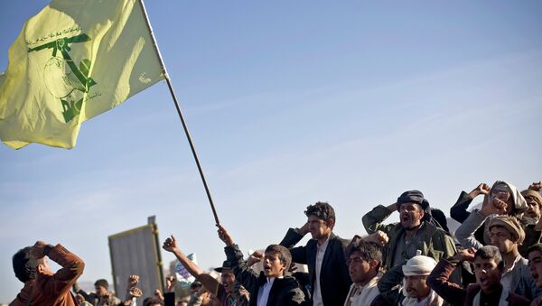 A Houthi Shiite Yemeni holding a flag of Hezbollah, center, chants slogans during a rally to show support for their comrades in Sanaa, Yemen - Sputnik International
