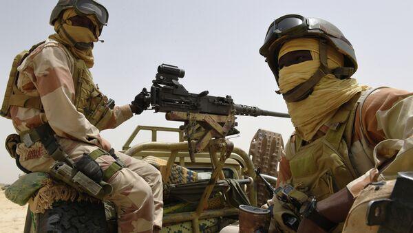 Nigerien army forces sit in the back of an armed pickup truck - Sputnik International