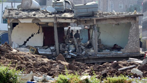 A two-storey building is seen after it was destroyed by an air strike in Yemen's central city of Ibb April 13, 2015 - Sputnik International