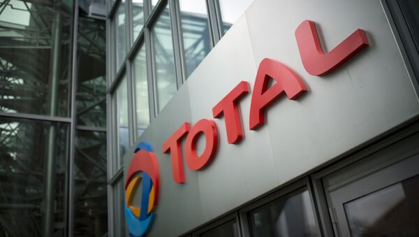 A picture shows the logo of French oil company headquarters Total, on October 21, 2014 in La Defense buisness district, near Paris - Sputnik International