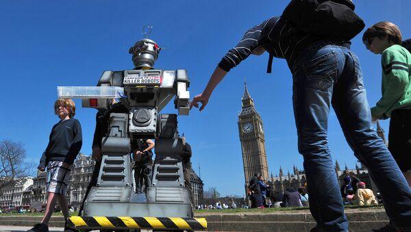 People look a mock killer robot in central London - Sputnik International