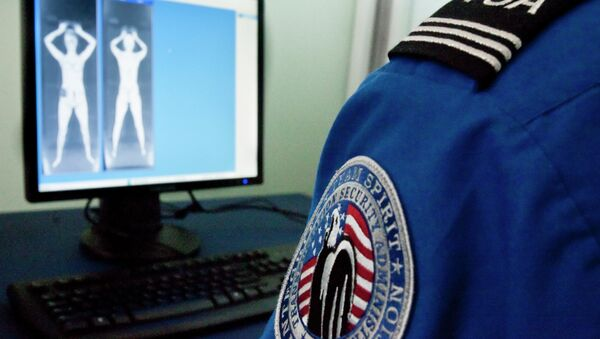 A TSA officer looks at a simulated image from a new backscatter X-ray machine - Sputnik International