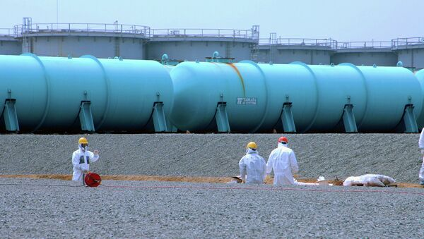Workers at TEPCO's Fukushima Daiichi Nuclear Power Station work among underground water storage pools on 17 April 2013. - Sputnik International