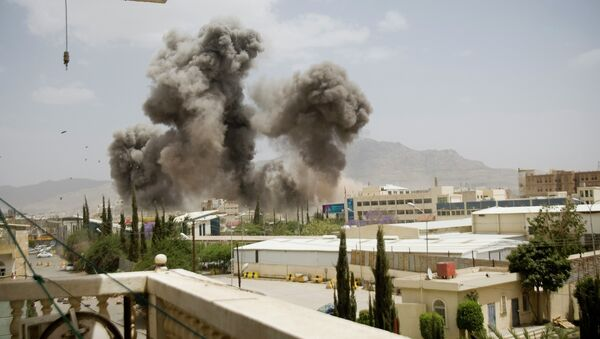Smoke billows from a Saudi-led airstrike on Sanaa, Yemen, Wednesday, April 8, 2015 - Sputnik International