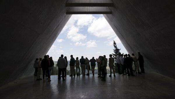 Visitors stand in Yad Vashem's Holocaust History Museum in Jerusalem - Sputnik International