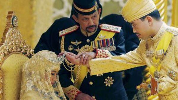 Brunei's Sultan Hassanal Bolkiah holds the arm of his son Prince Abdul Malik to bless Malik's new wife Dayangku Raabi'atul 'Adawiyyah Pengiran Haji Bolkiah - Sputnik International