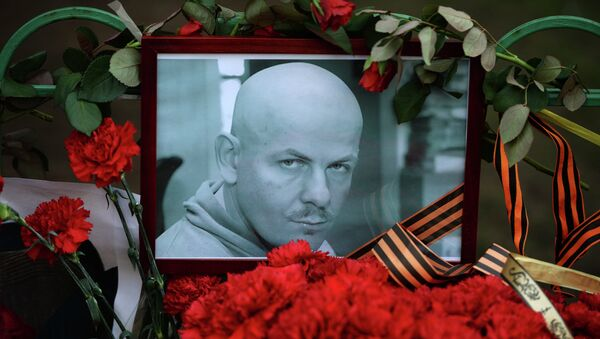 Flowers and candles laid at the Ukraine Embassy in Moscow in memory of journalist Oles Buzina killed in Kiev - Sputnik International