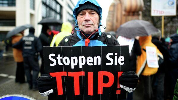 A protester holds up a sign, reading: Stop TTIP! (Transatlantic Trade and Investment Partnership) - Sputnik International