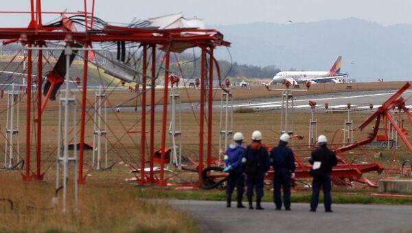Officials check broken localiser facilities at the Hiroshima airport in Mihara in Hiroshima - Sputnik International