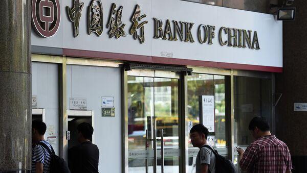 People wait outside a Bank of China branch in Beijing - Sputnik International