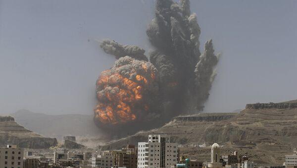 Smoke rises during an air strike on an army weapons depot on a mountain overlooking Yemen's capital Sanaa April 20, 2015 - Sputnik International