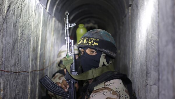Palestinian militants from the Islamic Jihad's armed wing, the Al-Quds Brigades, squat in a tunnel, used for storing weapons, as they take part in military training in the south of the Gaza Strip on March 3, 2015. - Sputnik International