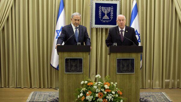 Israeli Prime Minister Benjamin Netanyahu and President Reuven Rivlin (R) attend a press conference at the president's residence in Jerusalem on April 20, 2015 - Sputnik International