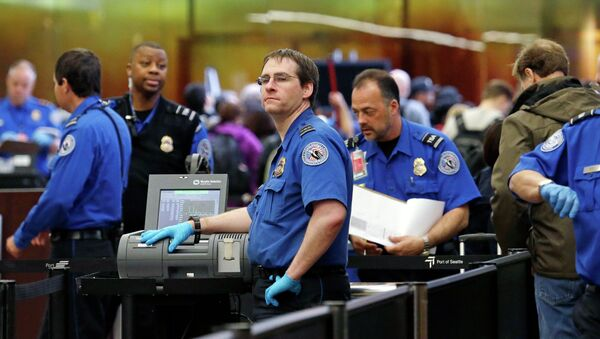 In this photo taken Tuesday, March 24, 2015, TSA agents work at a security check-point at Seattle-Tacoma International Airport in SeaTac, Wash. - Sputnik International