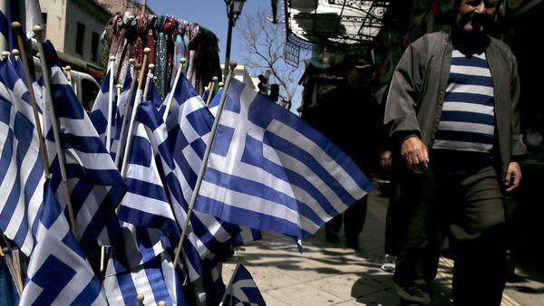 Greek national flags are on display at a shop in central Athens April 17, 2015 - Sputnik International