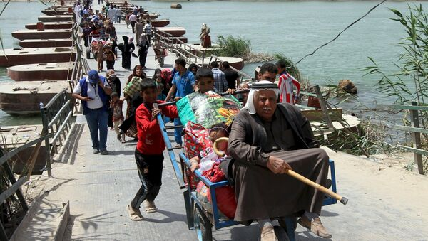 Displaced Sunni people, who fled the violence in the city of Ramadi, arrive at the outskirts of Baghdad, April 18, 2015 - Sputnik International