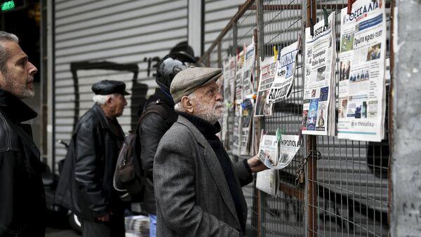 People read newspaper headlines in Athens March 23, 201 - Sputnik International