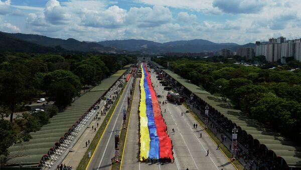 Members of the Bolivarian militia deploy a 1200-metre-long Venezuelan flag in Caracas on April 13, 2015 during a rally to protest against US sanctions against Venezuelan officials - Sputnik International