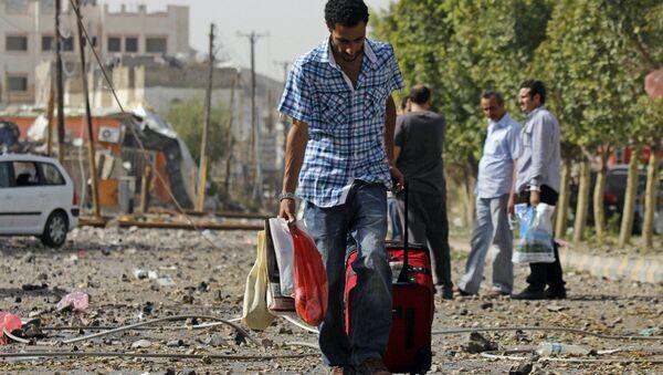 A man carries his belongings on a street of Sanaa. - Sputnik International