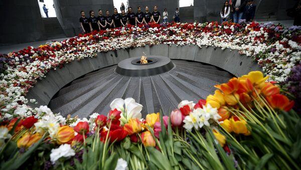People mourn at the Tsitsernakaberd Armenian Genocide Memorial Museum in Yerevan, April 21, 2015 - Sputnik International