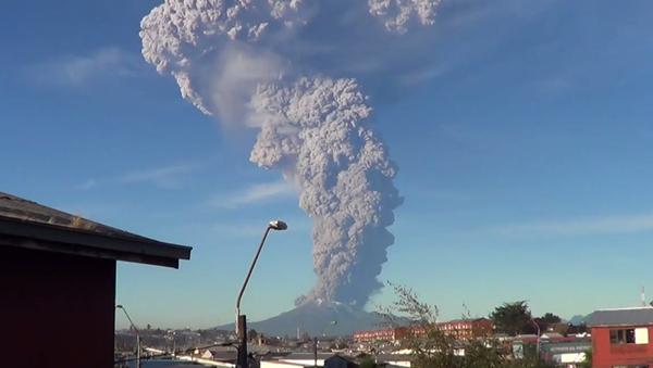 Volcano Erupts in Chile Sending Plume of Ash Miles into Sky (VIDEO) - Sputnik International
