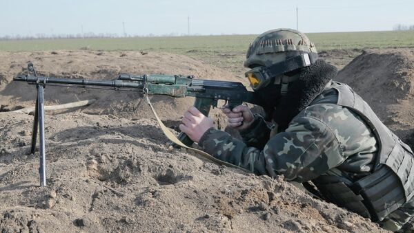 A Ukrainian serviceman takes position at the front line outside Kurahovo, in the Donetsk region of Ukraine - Sputnik International