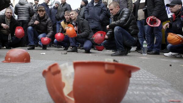 Ukrainian coal miners protest outside the president's office in Kiev - Sputnik International