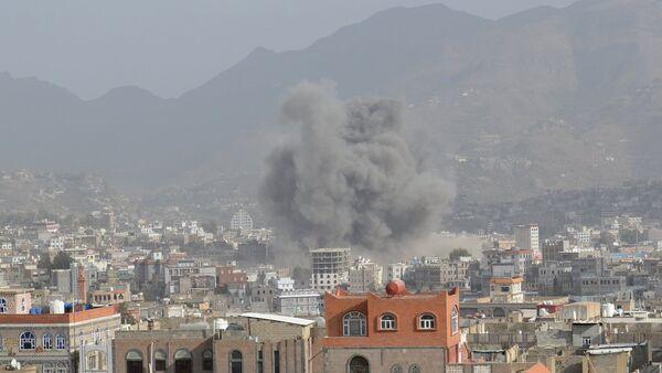 Smoke billows after an air strike in Yemen's central city of Ibb April 12, 2015 - Sputnik International