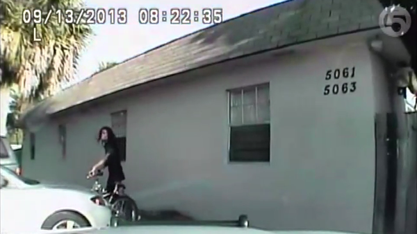 Newly released footage of a 2013 incident shows a Palm Beach, Fla. sheriff's deputy shooting an unarmed man holding a cell phone within seconds of stopping him. - Sputnik International
