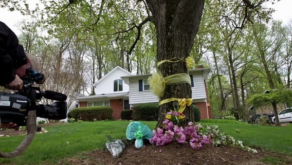 A cameraman photographs flowers and ribbon on a tree outside Weinstein family house in Rockville, Md., Thursday, April 23, 2015 - Sputnik International