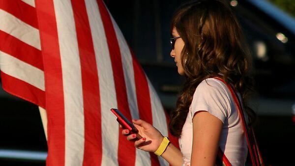 A woman uses a cell phone - Sputnik International