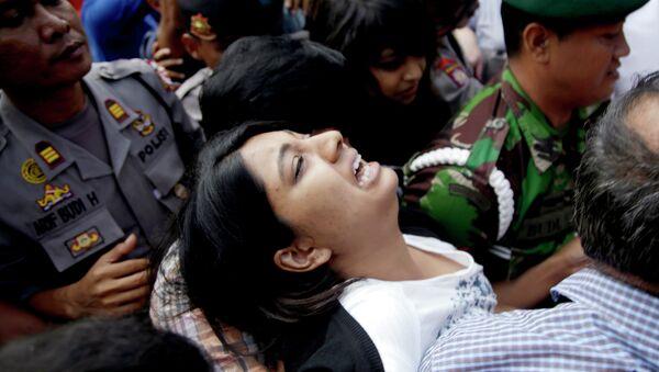 Brintha Sukumaran, center, sisters of Myuran Sukumaran, an Australian on death row, cries upon arrival at Wijayapura ferry port to cross to the prison island of Nusakambangan, in Cilacap, Central Java, Indonesia, Tuesday, April 28, 2015 - Sputnik International