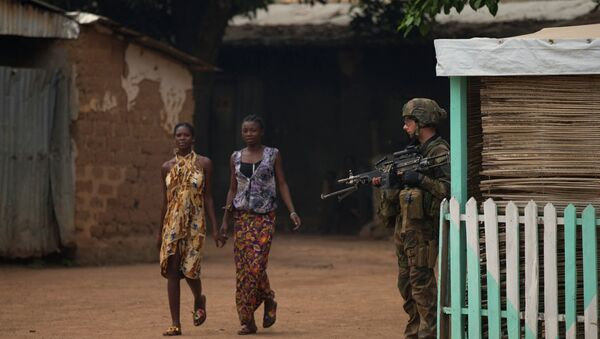 Girls hold hands as they walk past a French soldier holding a position, during an operation to secure part of the Miskine neighborhood, in Bangui, Central African Republic, Thursday, Dec. 26, 2013 - Sputnik International