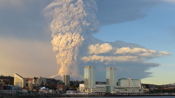 Chile's Calbuco volcano has erupted for the third time in two weeks, spewing fresh tons of volcanic ash into the air and spurring the latest rounds of evacuations. - Sputnik International