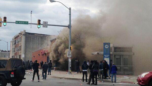 Smoke billows from a CVS Pharmacy store in Baltimore on Monday, April 27, 2015 - Sputnik International