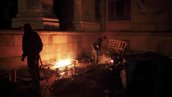 Pro-Ukrainian supporters sort through rubbish outside the burnt trade union building where more than 30 people died trying to escape during clashes in Odessa, Ukraine, on Friday, May 2, 2014 - Sputnik International