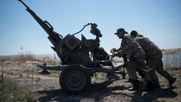 Ukrainian servicemen deploy a weapon at the beach of the Azov Sea in Shyrokyne, eastern Ukraine - Sputnik International