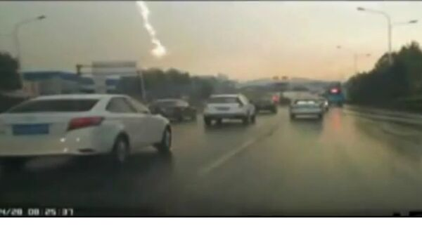 Lightning strike blows up street lamp - Sputnik International