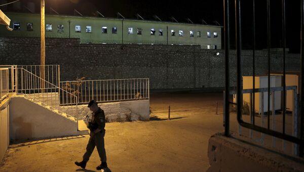 A riot police officer patrols outside Koridallos prison in Athens May 3, 2015. - Sputnik International