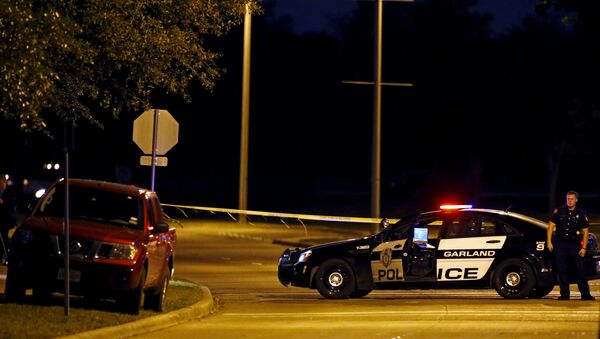 A police officer stands near the suspects' vehicle after a shooting outside the Muhammad Art Exhibit and Contest sponsored by the American Freedom Defense Initiative in Garland, Texas - Sputnik International